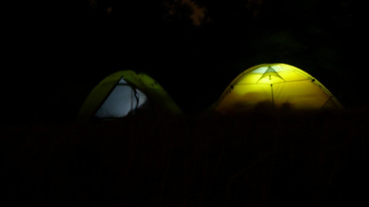 V noci svítíme jen v případě potřeby a krátce. Světlo jde vidět na kilometry daleko a mohlo by přilákat nějakého návštěvníka.