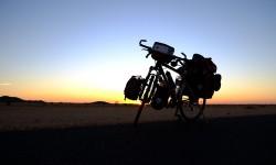 Západ-slunce-s-kolem-vybavenym-nosicem-tubus