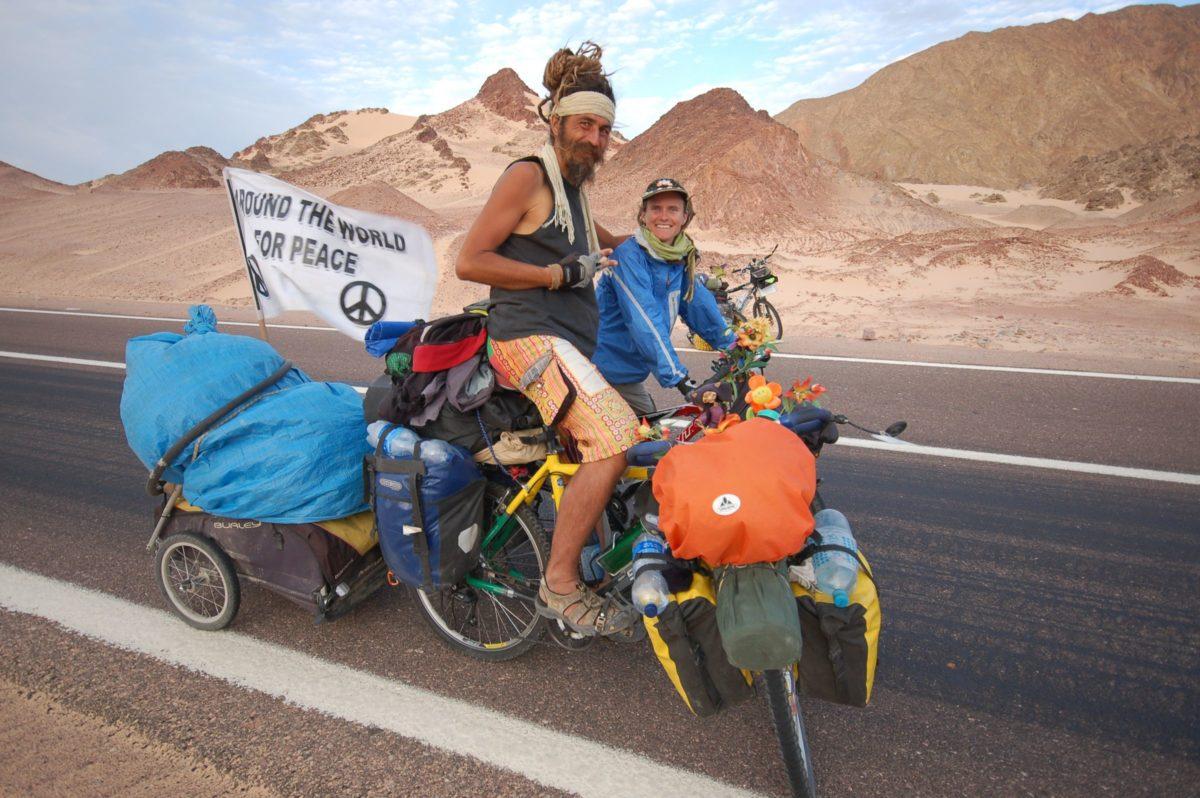 Mirek a Katja a jejich extra naložený vozík za kolo od značky Burley