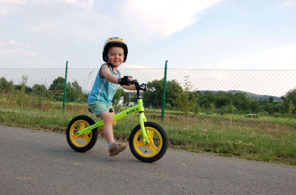 Dětská odrážedla: nejjednodušší cesta k opravdovému kolu