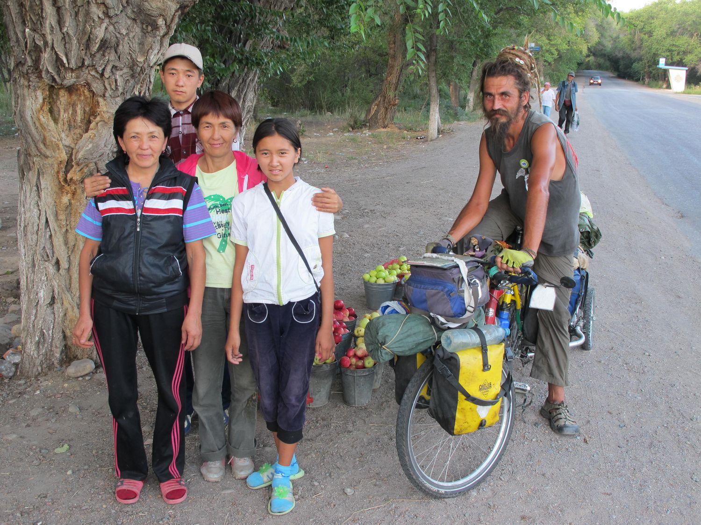 koupě jablek u čínských hranic