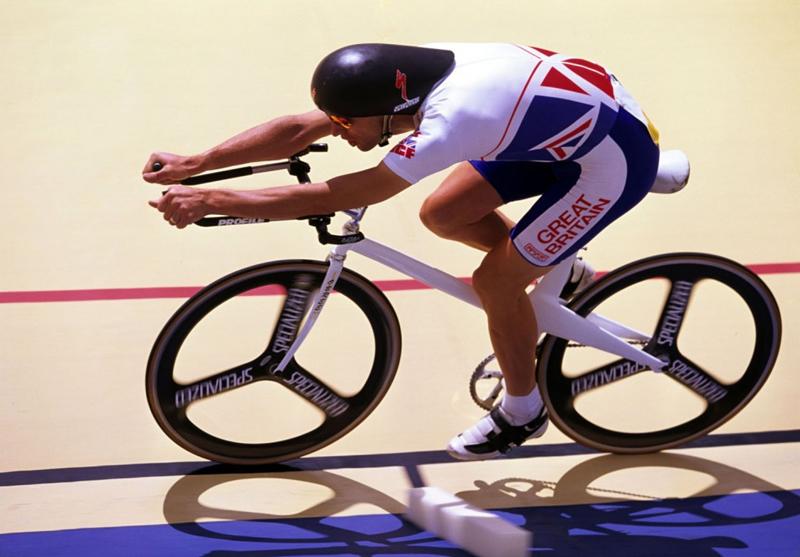 Šílený cyklista myslí na další světový rekord. V torpédu na kolech